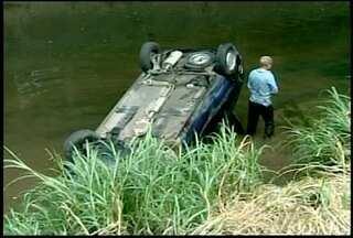 Carro capota e vai parar dentro do rio na 'Barão', em Petrópolis, no RJ - Motorista tinha uma fratura no rosto e foi socorrido pelos bombeiros.Acidente aconteceu às 13h desta quinta-feira (16).