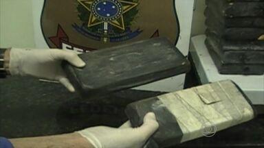 Homem é preso no Cabo transportando 50 quilos de pasta base de cocaína - Droga estava escondida no fundo falso de um caminhão.