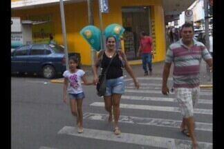 Saiba como utilizar a faixa de pedestres durante a travessia - Muitos pedestres não atentam para cuidados necessários no trânsito.