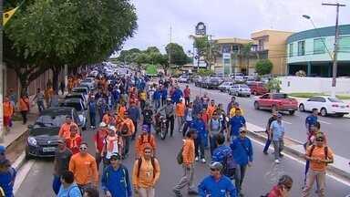 Funcionários da construção civil fazem protesto, em Manaus - Manifestação reuniu trabalhadores de obra no Parque Mauá; protesto chegou até a Arena da Amazônia.