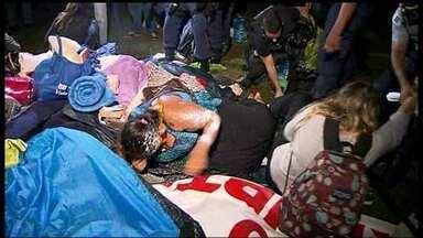Alunos da Gama Filho são retirados da Esplanada - Na noite de segunda--feira (20), o grupo de alunos que estava acampado em frente ao Palácio do Planalto deste a última semana foi retirado à força. Treze alunos foram levados para a Delegacia do Senado.