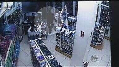Trio invade farmácia e tenta arrombar caixa eletrônico em São Carlos, SP - Trio invade farmácia e tenta arrombar caixa eletrônico em São Carlos, SP.