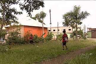 Moradores da Vila Concórdia denunciam afalta de manutenção nas praças, em Goiânia - De acordo com a população, o mato alto e o entulho nas calçadas são problemas recorrentes no local.