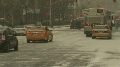 Americanos se preparam para enfrentar nevascas - A tempestade vai atingir, principalmente, o nordeste dos Estados Unidos, onde ficam Nova York e Boston, e também a capital Washington. A previsão é de 30 centímetros de acúmulo de neve.