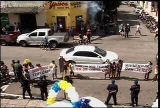 Manifestantes realizam protestom em frente a Prefeitura do Crato - Grupo pede que a gestão municipal doe terrenos para a construção de moradias populares.