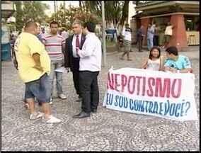 Cerca de 60 pessoas participam de um protesto contra o nepotismo em Teófilo Otoni - Prefeitura nega que administração tenha essa prática.