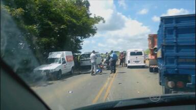 Kombi atinge moto e piloto morre na PE-60, perto de Sirinhaém - Piloto da moto morreu na hora e motorista da kombi fugiu sem prestar socorro.