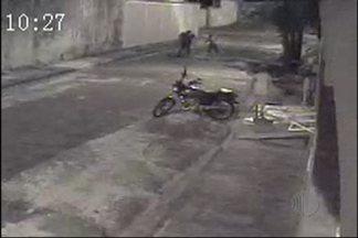 Homens agridem casal que reclamou de barulho de moto em Mogi - Um casal reclamou do barulho da moto e acabou sendo espancado por homens, que usaram pedaços de ferro ou madeira.