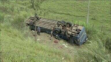 Famílias de vítimas de acidente na via Dutra esperam liberação dos corpos, no ES - Três capixabas morreram e outras 22 feridas ficaram feridas.