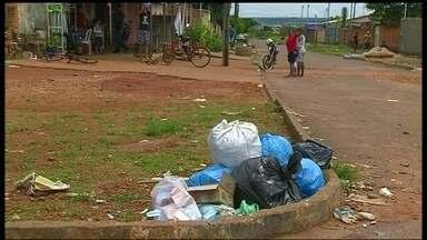 Prefeitura da cidade do Entorno não tem dinheiro para recolher o lixo - Em Planaltina de Goiás, a prefeitura demitiu 37 dos 72 garis porque está sem dinheiro para pagá-los. O lixo acumulado nas ruas entupiu bueiros e ajudou a alagar as ruas após a chuva de domingo (19).
