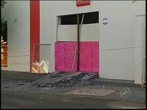 Polícia procura por integrantes de quadrilha que estouraram caixa automático em Echaporã - A polícia continua a procura de três integrantes de uma quadrilha, que explodiu um caixa automático, em Echaporã (SP). Até o começo da noite desta terça-feira (21), dois homens foram presos e duas adolescentes apreendidas.