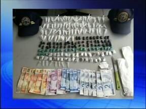 Três são detidos por tráfico de drogas em Tatuí - De acordo com a Guarda Civil Municipal, com os suspeitos foram encontrados 70 pinos de cocaína, 73 porções de crack , 34 porções de maconha, R$ 207 em dinheiro, materiais para a embalagem de entorpecentes e uma faca.