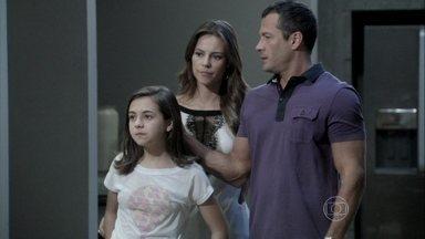 Paulinha tenta se aproximar de Félix - Ele diz para Paloma que Aline deixou a máscara cair e suspeita que o plano da vilã está chegando ao fim