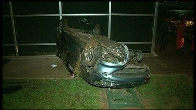 Motorista perde controle do veículo e cai no jardim do Congresso Nacional - O teste do bafômetro comprovou que o motorista, Johnatan Henrique, tinha bebido no momento do acidente. O motorista foi levado para a delegacia.
