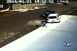 Vídeo mostra carro passar por cima de criança, que se levanta ilesa, em Anápolis - Câmeras de segurança de um comércio registraram o momento em que um menino de 5 anos e a avó, de 64, são atropelados por um carro, na terça-feira (21), em Anápolis, a 55 km de Goiânia. O VW Gol passa com duas rodas sobre a criança, que se levanta.
