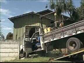 Caminhão sem freios invade casa em Ponta Grossa - Ninguém da casa se feriu, mas o susto foi grande.
