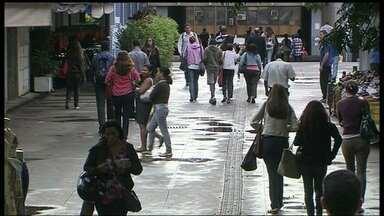 Quantidade de assaltos a pedestres quase dobra este ano - Nos primeiros 20 dias de 2014, foram 60 roubos a pedestres só na zona central de Brasília. À noite e de madrugada, os crimes são mais comuns. A polícia registra, em média, uma ocorrência por minuto.