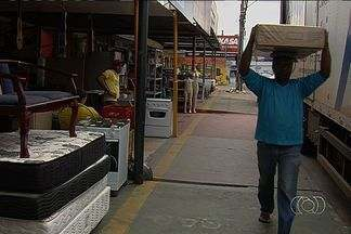 Fiscalização notifica comerciantes que usam calçadas para expor mercadorias, em Goiás - A fiscalização aconteceu na Avenida Tapajós, em Aparecida de Goiânia. As calçadas são utilizadas para expor mercadorias ou estacionamento, o que atrapalha quem passa pela região.