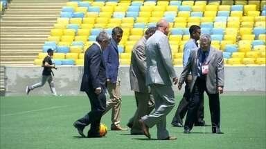 Representantes do Comitê Olímpico Internacional fazem vistoria no Maracanã - Presidente do COI bateu bola com o Carlos Arthur Nuzman.