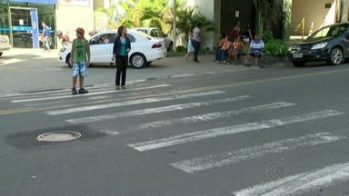 Falta de faixas em vias de Juiz de Fora oferece riscos para pedestres - Ausência de sinalização na região central e em bairros da cidade pode causar acidentes.