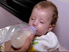 Família aguarda da Prefeitura direito de receber leite especial para filha - Justiça deu parecer favorável à família de Uberlândia em dezembro. Prefeitura informou que já fez pedido de compra do leite.