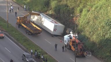 Tombamento de carreta provoca congestionamento na BR-040 - Acidente ocorreu por volta das 5h30 desta quarta-feira (2), na altura de Contagem.