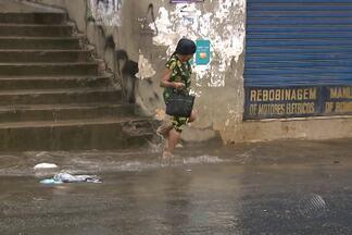 Chuva alaga ruas durante a manhã, em Salvador - Em alguns bairros a chuva começou ainda durante a madrugada.