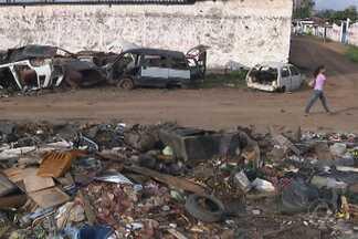 Lixo acumulado em terreno baldio incomoda moradores de João Pessoa - No Distrito Mecânico moradores estão incomodados com excesso de lixo deixado numa rua.
