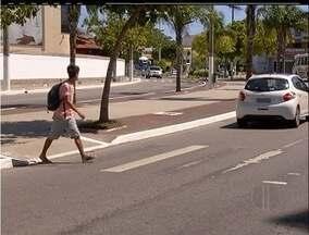 Após morte de idosa, prefeitura pinta faixas de pedestres em Cabo Frio, RJ - Cinco faixas de pedestres serão pintadas na Avenida Teixeira e Sousa.Idosa de 84 anos morreu atropelada na via na última terça-feira (21).