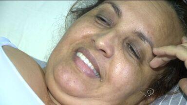 Mulher que machucou coluna em desnível recebe alta, no ES - Conceição do Carmo estava sentada no banco de trás do coletivo.Acidente aconteceu dentro do ônibus 512, do Transcol, na Serra.