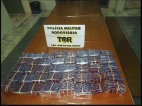 Polícia apreende 4 mil comprimidos de sibutramina em Rio Preto - Uma mulher foi presa na tarde desta quarta-feira (22) na Rodovia Washington Luiz, na região de São José do Rio Preto (SP) com cerca de quatro mil comprimidos de sibutramina. A apreensão foi feita pela Polícia Rodoviária Estadual.