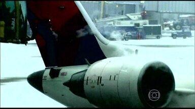Milhares de voos sofrem atrasos por causa de nevasca nos EUA - Os estados de Nova York, Nova Jersey e Delaware declararam estado de emergência por conta da tempestade de neve.