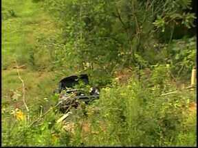 Dois ficam feridos em acidente na MG-050 próximo a Córrego Fundo - Carro caiu em um barranco com cerca de 20 metros de altura.Acidente ocorreu na MG-050 em uma curva.