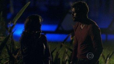 Aline quer matar Rebeca - Ela questiona a médica para saber quem a mandou. Ninho não quer matá-la