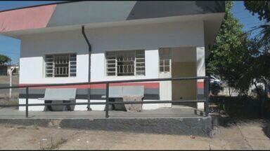 Antiga base da Polícia Militar é invadida por famílias na periferia de Piracicaba - Duas mulheres com três crianças invadiram uma antiga base da Polícia Militar (PM) em Piracicaba (SP). O prédio fica no bairro Vila Sônia e estava sem uso, segundo as invasoras.