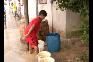 No bairro da Pratinha, uma cena é comum: moradores com baldes de água na mão - Eles precisam acordar cedo para garantir o abastecimento das prórpias residências.