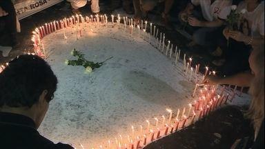 Homenagens às vítimas da tragédia na Boate Kiss são destaque do Jornal Hoje - Trator cai de caminhão e atinge ônibus na Bahia; 14 pessoas morreram. Passageiros de trem voltam a viver drama no Rio. Oportunidades de trabalho e emprego no verão.