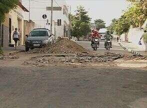 No Bairro Petrópolis, problema causado por cano mestre está sendo solucionado - Desde que cano estourou em setembro de 2013, os transtornos começaram.