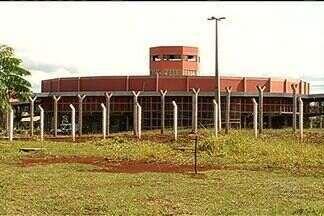Detentos comandam crimes de dentro do presídio de Itumbiara - Na cadeia, não há bloqueador de celular, o que facilita a ação dos criminosos.