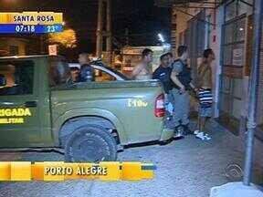 Três homens são presos com armas e drogas na Zona Sul de Porto Alegre - Eles estavam em casa, no bairro Cristal, quando foram supreendidos pela polícia.