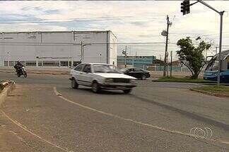 Motoristas reclamam dos desvios para construção dos viadutos na GO-060 e GO-070 - Pedestres também reclamam da situação. Quem trabalha ou mora na região afirma que ocorrem acidentes todos os dias.