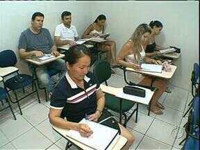 Mais de 500 vagas em concursos públicos no Paraná atraem muitos candidatos aos estudos - Quem quer um cargo público não pode aproveitar as férias, não pode parar de estudar.