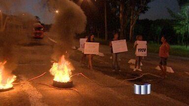 Moradores protestam contra corte de transporte escolar em São José dos Campos, SP - Segundo pais, alunos do bairro não teriam mais direito a vans escolares. Ato pacífico fechou a entrada do bairro Jardim Diamante, zona leste.
