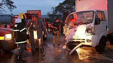 Homem morre em acidente na BR-050, perto de Uberlândia - Batida foi entre um carro e um caminhão. Foram encontradas latas de cerveja dentro do carro que a vítima dirigia.