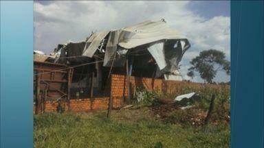 Mecânico morre em desabamento de galpão em Guará, SP - Temporal e vento forte abalaram estrutura de barracão que armazenava cereais.