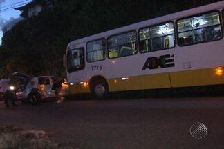 Estudante fica ferida em acidente entre carro e ônibus na noite da última segunda - Segundo testemunhas, a vítima estava no carro e teria feito uma manobra proibida, para entrar em uma rua. O motorista do ônibus não conseguiu frear e bateu na lateral do veículo.