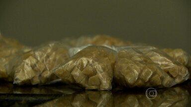 Polícia apreende cerca de mil pedras de crack em Belo Horizonte - Três pessoas foram presas e um adolescente apreendido. Droga estava embalada em sacos plásticos.