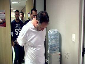 Gaeco prende homem acusado de falsificar documentos - No escritório dele, em Londrina, foram apreendidos carimbos e papéis suspeitos