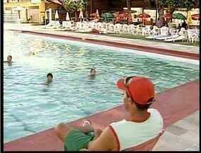 Período de clubes lotados desperta discussão sobre obrigatoriedade de salva-vidas - Em Governador Valadares uma lei municipal exige a presença do profissional.