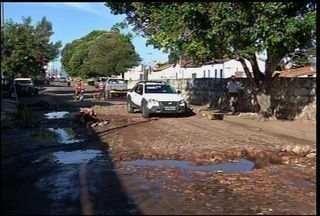 Av. Carlos Cruz tem esgoto a ceú aberto, em Juazeiro do Norte - Segundo moradores, o problema já existe há mais de um ano.
